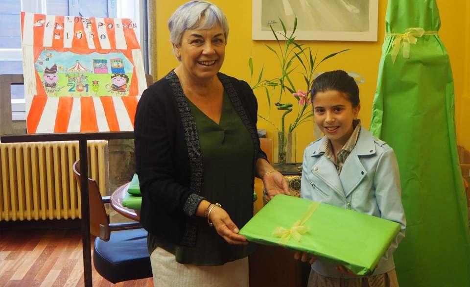 Carmen Basadre entrega o premio á gañadora do concurso do cartel San Froilán Miúdo