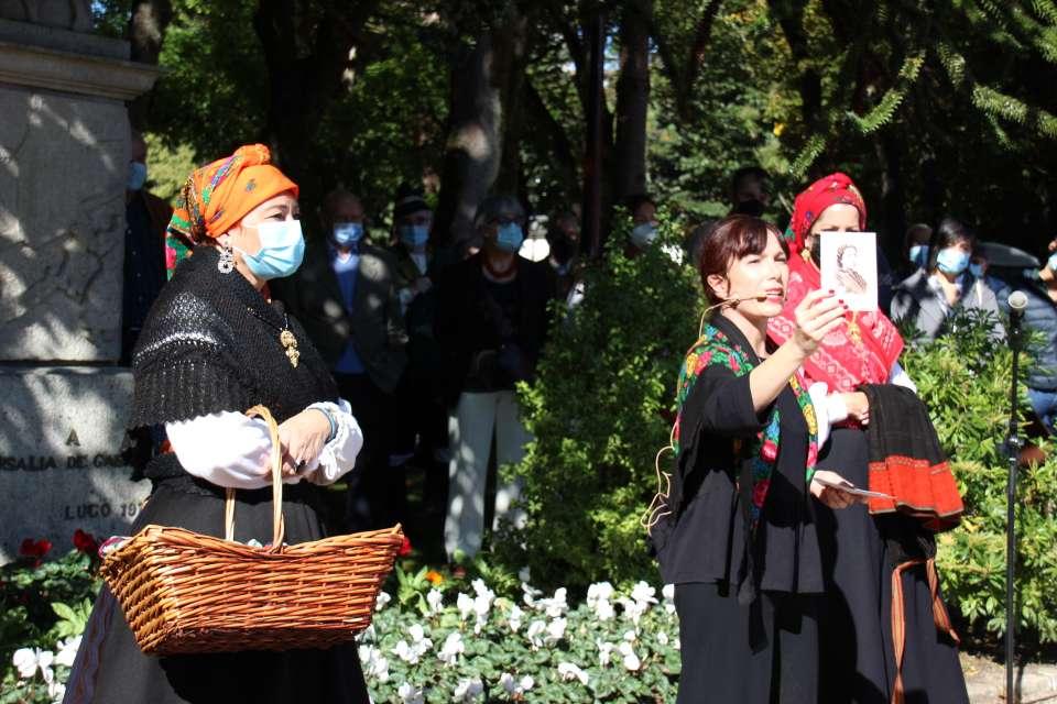 Nieves Neira realiza a tradicional Ofrenda a Rosalía de Castro do Domingo das Mozas